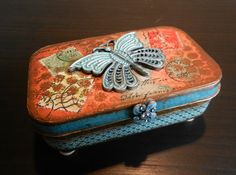 altered Altoids tin - Love this. Tin Can Crafts, Diy Arts And Crafts, Easy Crafts, Paper Crafts, Cardboard Crafts, Altered Tins, Altered Bottles, Altered Art, Tin Can Art