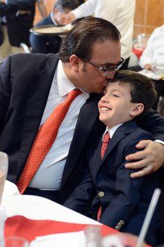 En compañía de su hijo Javier, Duarte de Ochoa indicó que su gobierno asume el compromiso de modernizar y poner al día la infraestructura educativa del estado, particularmente la de aquellas comunidades con mayores niveles de marginación.