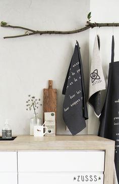 Zusss | Stoer en unieke keukenlijn met leuke gedichtjes er op. In de kleuren off-black en zand.