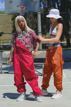 "Aleali May styles Siobhan Bell in a vintage t-shirt for ""summer basketball vibes."" - Aleali May styles Siobhan Bell in a vintage t-shirt for ""summer basketball vibes."" Aleali May styles Siobhan Bell in a vintage t-shirt for ""summer basketball vibes. Retro Outfits, Vintage Outfits, Mode Outfits, Girl Outfits, Fashion Outfits, 90s Hip Hop Outfits, Tomboy Outfits, Fashion Books, Vintage Clothing"
