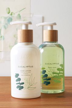 This fresh set brings together Thymes Eucalyptus hand wash and hand lotion in one convenient ceramic holder. Perfect for kitchen, bathroom, guestroom or gift-giving. Bottle Packaging, Soap Packaging, Pretty Packaging, Product Packaging, Skincare Packaging, Beauty Packaging, Cosmetic Packaging, Graphisches Design, Label Design