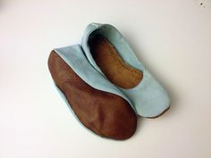 Glue-Guns and Post-it-Notes — DIY foldable ballet-flats Materials old or. Sewing Clothes, Diy Clothes, Homemade Shoes, Shoe Makeover, Foldable Ballet Flats, Minimalist Shoes, Barefoot Shoes, Shoe Pattern, Crochet Shoes