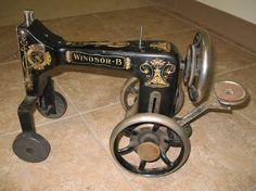 Repurposed Vintage Windsor B Sewing Machine Tractor Brother Sewing Machines, Treadle Sewing Machines, Antique Sewing Machines, Sewing Machine Tables, Welding Art, Welding Ideas, Welding Projects, Scrap Metal Art, Metal Projects