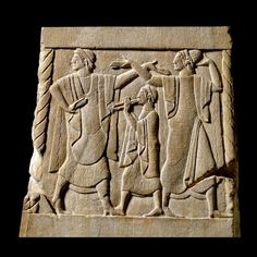 La Lega etrusca: Chiusi Rilievo dalla base di un cippo funerario. Un suonatore di doppio flauto tra una coppia di danzatori. 490 a.C. Londra, British Museum.