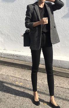 10 looks para quem curte uma vibe mais neutra. Blazer cinza, t-shirt preta, calça skinny preta, sapatilha preta