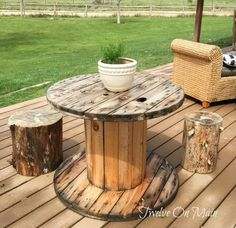 Wire Spool Makeover I am featuring 15 awesome wire spool ideas for you today! Come check out some great ways to transform a wire spool and upcycle these trashed treasures. Large Wooden Spools, Wooden Cable Spools, Wire Spool, Wood Spool Tables, Cable Spool Tables, Wooden Spool Projects, Electrical Spools, Wire Reel, Home Decor
