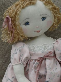 Minouchette avec son noeud. This doll has the sweetest face