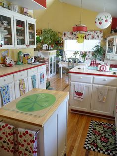 I have to think of doing this next time I redo my kitchen! Love the red edge on counter tops - like my antique kitchen cabinet and table. Red And White Kitchen, Red Kitchen, Kitchen Redo, Kitchen Interior, Kitchen Remodel, Kitchen Dining, Cherry Kitchen Decor, Cute Kitchen, Shabby Chic Kitchen