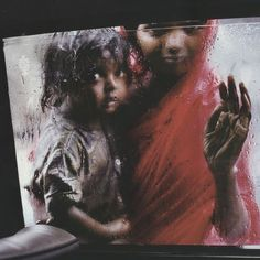 Mother and Child in Car Window - by Steve McCurry (1950), USA
