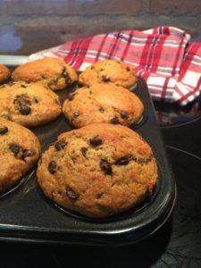 Csokis Muffin diétásan – a péknél sem kapsz ilyen finomat! | Igazán édes élet, diétásan is! Diabetic Recipes, Diet Recipes, Healthy Recipes, Healthy Meals, Hungarian Recipes, Muffin, Winter Food, Cakes And More, Cake Cookies