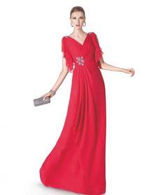 Vaporoso modelo con mangas caídas y cintura entallada en color rojo. St. Patrick y La Sposa
