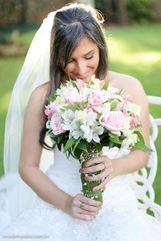 Bouquet alegre e romântico merece esta noiva linda e delicada. | Foto: Renato Mendez