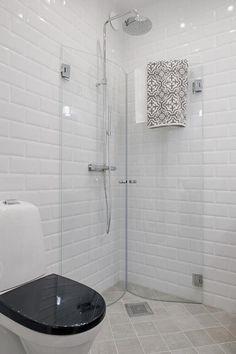 Sehe dir das Foto von Crea mit dem Titel Klasse Idee für ein kleines Badezimmer eine Duschwand zum Einklappen und andere inspirierende Bilder auf Spaaz.de an.