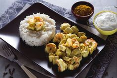 Il pollo e gamberi al curry con riso basmati è un piatto unico tipico della cucina indiana. Ricco di sapori risulta essere profumato e speziato.