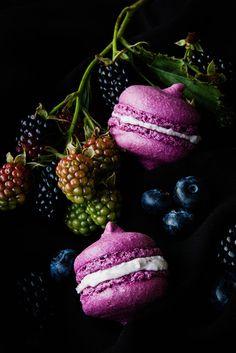 Seelenschmeichelei: Von der hohen Kunst, einen Teig lila zu färben. Und: Gar köstliche Blackberry Macarons