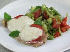 Kuracie prsia s paradajkou a mozzarellou • Recept | svetvomne.sk Mozzarella, Tacos, Mexican, Ethnic Recipes, Food, Meal, Eten, Meals