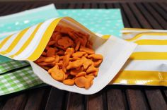 If you're looking for a snazzy way to take lunch to work or send snacks to school with your kids, check out these cute snack bags to DIY!
