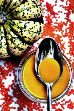 Kürbissuppe mit roten Linsen und Ingwer von www.pinterest.com/source/rock-the-kitchen.de/ Zutaten: Kürbisfruchtfleisch (Hokkaido), Zwiebel, Rapsöl, Knoblauchzehe, Ingwer, Süßkartoffelm Gemüsebrühe, rote Linsen, Kokosmilch, gelbe Currypaste, Salz, Pfeffer #gutelaunevitamix