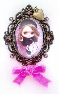 Blythe Brooch. Send a pic of your blythe and order custom!!! 18 € Broche Blythe. Manda una foto y encarga el tuyo personalizado!!! 18 €  https://www.facebook.com/eltallerdelaninamala