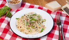 Dit heerlijke pastagerecht bevat mijn favoriete ingrediënten: broccoli, spekjes en romige Boursin. De broccoli en pasta — ik gebruik spaghetti, maar je kunt