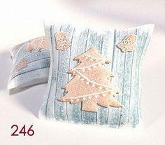 Poduszka świąteczna 246 40x40 to wyjątkowo urocza dekoracyjna poduszka. Wykonana została z przyjemnej w dotyku mikrofibry wypełnionej puchem silikonowym. Poduszka może być cudownym prezentem dla osoby kochającej święta i atmosferą z nimi związaną.