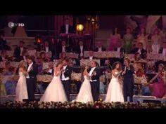 Vivir en Viena, un concierto con André Rieu en la plaza en frente del Palacio imperial Hofburg, en el corazón de Viena, es de 135 minutos de puro placer para...