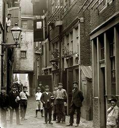 Straatjeugd in het steegje Gebed zonder End, 1892.   Fotograaf Jacob Olie / foto is eigendom van Stadsarchief Amsterdam.