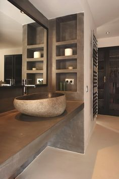 reforma baño, estanterías y encimera de obra con acabado microcemento, lavabo…