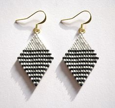 Boucles d'oreilles miyuki losange rayées noires et blanches