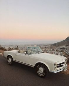 As popular as a brand new Mercedes-Benz is this exquisite car brand is just as famous for its vintage classic cars. The Effective Pictures We Offer You About Classic Cars design A Mercedes Classic Cars, Mercedes Auto, New Mercedes, Porsche Auto, Mercedes Maybach, Bugatti, Dream Cars, My Dream Car, Carros Retro