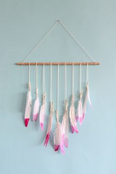 beautiful feather wall art scraps of us : DIY dip dyed feather wall hanging Feather Garland, Feather Crafts, Feather Art, Crafts To Make, Arts And Crafts, Diy Crafts, Mobiles, Shower Bebe, Valentine's Day Diy