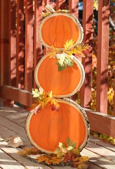 Make this cute wood slice pumpkin craft with a reversible design on the back for Christmas.