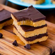 Easy homemade Chocolate Peanut Butter Cup Bars made with only 5 ingredients and no baking required! A recipe for the chocolate & peanut butter fans. Köstliche Desserts, Delicious Desserts, Dessert Recipes, Yummy Food, Peanut Butter Chocolate Bars, Homemade Chocolate, Reese's Chocolate, Chocolate Desserts, Savory Pumpkin Recipes