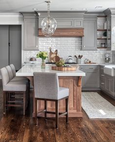 If you are looking for Farmhouse Kitchen Cabinet Design Ideas, You come to the right place. Here are the Farmhouse Kitchen Cabinet Design Ideas. Farmhouse Kitchen Cabinets, Modern Farmhouse Kitchens, Kitchen Cabinet Design, Kitchen Redo, Home Decor Kitchen, Home Kitchens, Farmhouse Style, Kitchen Modern, Kitchen Cabinetry