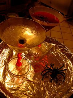 Halloween Cocktail Recipes - http://www.dealiciousmom.com/halloween-cocktail-recipes/
