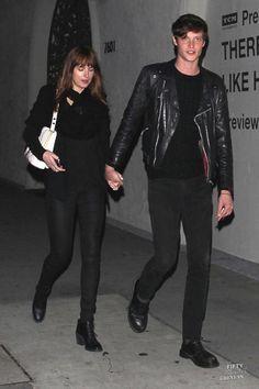 Spotted out for a date last night Dakota Johnson and Matt Hitt #dakotajohnson #matthewhitt