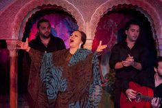una mujer canta