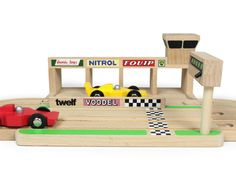 Iconic Toys Houten Racebaan - In de pitbox!