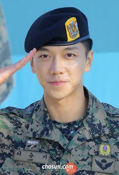 Sergeant 이승기 reporting for duty! Lee Seung Gi, Lee Hyun, Korean Star, Korean Men, Asian Men, Lee Dong Wook, Ji Chang Wook, Oh Yeon Seo, Handsome Korean Actors