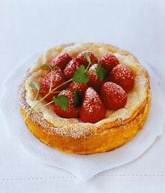 Dieser Käsekuchen wird aus viel Quark gebacken, die Erdbeeren werden lose auf dem Teig verteilt.