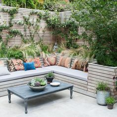 Corner Garden Seating Area - 10 Outdoor Seating Ideas To Sit Back And Relax On This Summer 60 Easy Backyard Fire Pit With Cozy Seating Area Ideas Wooden Corner Seating Areas Perfe. Corner Garden Seating, Built In Garden Seating, Backyard Seating, Backyard Patio Designs, Outdoor Seating Areas, Diy Patio, Cozy Backyard, Corner Patio Ideas, Diy Garden Seating