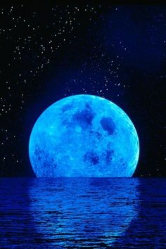 La luna !!! Azul ! It looks like you could reach out and touch it. Beautiful