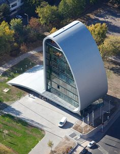 The Hungarian equivalent of the ADAC is the Magyar Autóklub. These have a new exciting looking up headquarters in Budapest. The architectural firm Vicar & Lukacs Studio Architects designed a 1-meter thick wall, the band wrapped in the office building itself.
