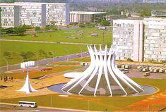 A Catedral Metropolitana de Nossa Senhora Aparecida, popularmente conhecida como Catedral de Brasília, projetada por Oscar Niemeyer e construída entre 1959 e 1970, faz parte do conjunto inicial de edifícios que compõem o Eixo Monumental da capital brasileira. Em Brasília, D.F., Brasil.  Fotografia: Augusto Areal no Flickr.