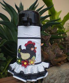 Capa para Garrafa Térmica Plastic Bag Holders, Bottle Holders, Airplane Quilt, Umbrella Wreath, Diy And Crafts, Arts And Crafts, Chicken Crafts, Sewing Dolls, Felt Fabric