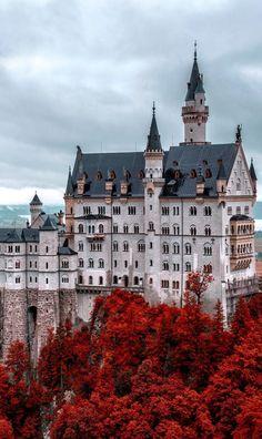 Castillo Neuschwanstein en Fall, Alemania.