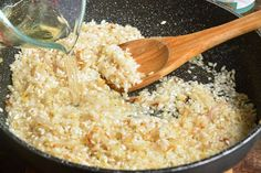 adding liquid to the risotto that is in a pan with a wooden spoon Asparagus Risotto Recipe, Parmesan Risotto, Risotto Recipes, Baby Food Recipes, Cooking Recipes, Healthy Recipes, Easy Recipes, Healthy Food, Tasty Dishes