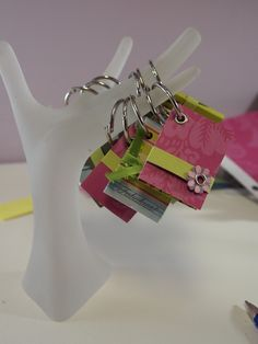Post it Note Keychain tutorial Fall Craft Fairs, Craft Show Ideas, Diy Ideas, Jw Gifts, Craft Gifts, Ink Link, Pioneer School Gifts, Post It Note Holders, Little Gifts