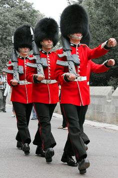 Grenadier Guards at Windsor Castle , England. British Army Uniform, Men In Uniform, James Park, Queens Guard, Royal Guard, Kingdom Of Great Britain, Windsor Castle, England And Scotland, British History
