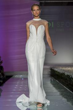 Un #abitodasposa #semplice ed #elegante con spalle in trasparenza impreziosite da un ricamo luminoso.
